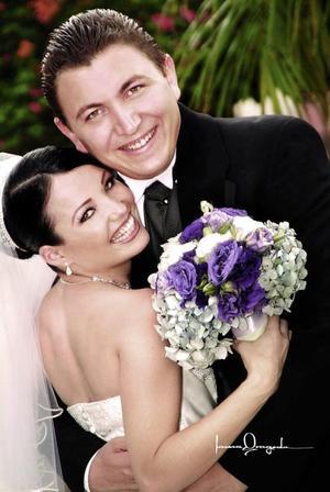 n Sr. José Juan Ortiz Villarreal y Srita. Victoria Carreón Castro se casaron el día 24 de julio de 2004 en la parroquia de San Pedro Apóstol.