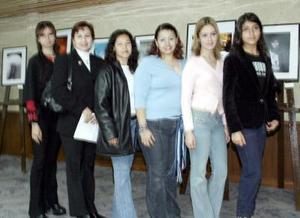 Las seis fotógrafas durante la inauguración.