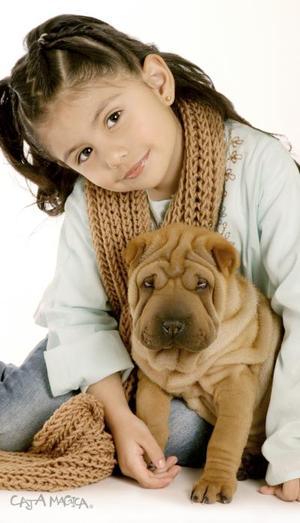 Marcela Marian Amaro Pérez a su perrita Jazzi, en una fotofrafía de estudio.