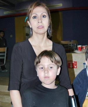 Andrés Eduardo Román Flores junto a su mamá Alicia Román Flores, en el convivio que se le ofreció por su cumpleaños.