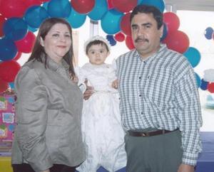 La niña María Guadalupe Mendoza Orozco con sus papás, los señores Roberto Mendoza Pérez y María Guadalupe Orozco.