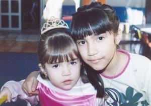 <b>06 de marzo de 2005</b> <p>  Aracely Montelongo González junto a su hermanita Stephanie, el día que festejó su tercer cumpleaños con una piñata.