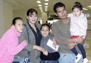Edith Gabriela Celaya viajó a Hermosillo y fue despedida por Juna Ricardo Celaya, Carla, Edith y Angélica.
