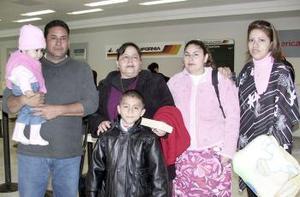 <b>06 de marzo </b><p> Marina Muñoz, María Favila y Jesús Santos viajaron a San Diego y fueron despedidos por Ricardo Muñoz.