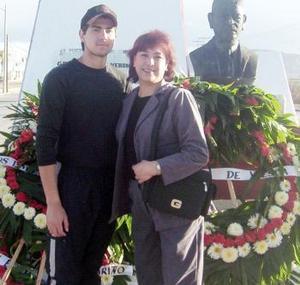 <b>09 de marzo 2005</b> <p> María Isolda Rodríguez de Jiménez con su hijo Pedro, en el homenaje que le ofrecieron al Gral. Pedro Rodríguez Triana, por su 45 aniversario de fallecimiento.