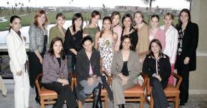 <b>09 de marzo </b> <p>  Ivone Castro Olvera acompañada por sus amigas, en su festejo pre nupcial.