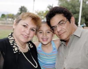 Carmen Moreno de Hernández, Daniela y Pascual Hernández.