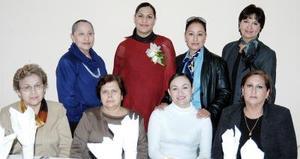 Mónica de la Fuente de Adame, en compañía de algunas de las asistentes a su fiesta de canastilla.