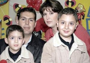 <b>10 de marzo de 2005</b> <p>  Luis Fernando y Jorge Eduardo Abraham García disfrutaron de un divertido convivio que les ofrecieron sus papás, Jorge Eduardo Abraham Álvarez y Margarita García Alarcón.