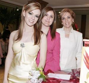Odila Vargas Villarreal acompañada de Linda Yvette Fernández de Carrillo y por su mamá Odila Villarreal de Vargas.