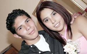 Angélica Lozornio y Édgar Martínez, captados en la despedida de solteros que les ofrecieron un grupo de familiares y amistades.