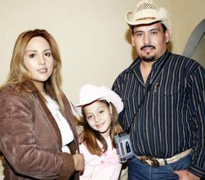 La festejada en compañía de sus papás, Pedro Rivera y Diana González de Rivera.