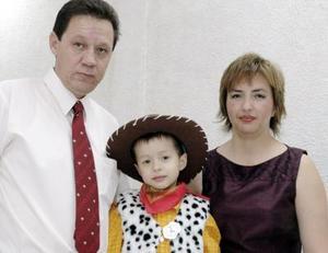 Renato Castaño Violante en compañía de sus papás Álvaro Castaño Orozco y Gabriela Violante de Castaño, el día que festejó su cuerto cumpleaños.