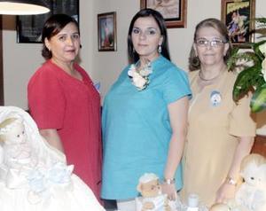 Brenda Cortázar y Adriana Carrasco le organizaron una fiesta de regalos a Yelene Carrasco de Padilla, en honor del bebé que espera.