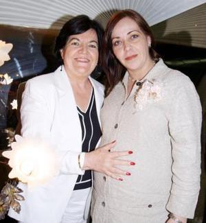 Iliana Estavillo de Cosío disfrutó de una fiesta de canastilla que organizó María Elena Flores de Estavillo, con motivo del próximo nacimiento del bebé que espera