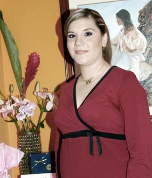 <b>11 de marzo </b> <p> Mary Tere Hinojosa de Téllez, captada en la fiesta de canastilla que le organizaron un grupo de amigas recientemente.
