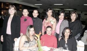 Piedad Guerrero Rodríguez acompañada por un grupo de amigas, en la despedida de soltera que le ofrecieron por su próximo matrimonio con Paulo Ademir Álvarez Catarino.