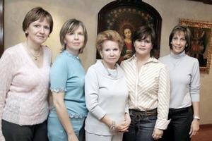 <b>11 de marzo </b> <p> La señora Delfina acompañada de su hijas Silvia, Gaby y Anabel, así como de su nuera  Mirna de Garza.