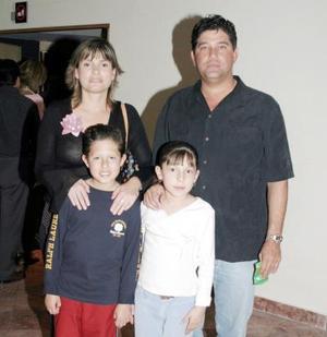 <b>11 de marzo 2005</b> <p>  Muricio Treviño y Maribel de Treviño, con sus hijos Mauricio e Isabel.