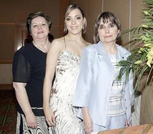 Ileana del Río el día de su despedida con la Sra. María del Rocío Guerrero y su futura suegra, Sra. Laura Irma Martínez.