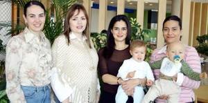 Mary Carmen de Ortiz Haro, Alejandra Jaik y Susana Dueñes de Díaz Couder, acompañadas de los pequeños Sebastián y Mariel.