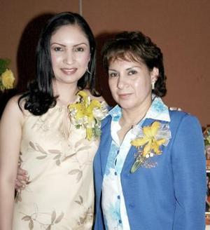 Liliana Ortega Ávila junto a su mamá Elvira Ávila de Ortega, quien le organizó una fiesta de despedida por su cercano matrimonio con Arturo de la Rosa Álvarez.