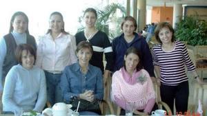 Grupo de amigos que se reunió para festejar una fecha especial, ellas son Gladys, Olga, Catalina, Mónica, Luly, Marcela, Oly y Lisette.