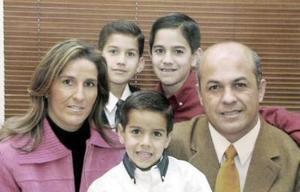 José Luis Medrano y Paulina Diez de Medrano, con sus hijos Luis, Andrés y Diego.
