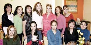Claudia Estrada de Contreras espera el nacimiento de su bebé, motivo por el cual realizaron una fiesta de canastilla.