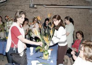 Muy participativas estuvieron las socias del Club de Jardinería Alhelí, en su sesión de trabajo.