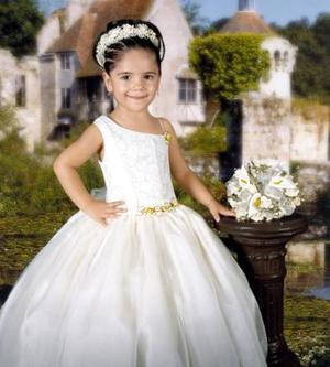 Niña Yozmila Marielena de León González, en fotografía de estudio con motivo de sus tres años de vida.