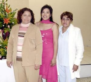 La novia, María Guadalupe Cabral Alvarado junto a las organizadoras de su fuesta de despedida, señoras Martha E. Alvarado Cabral y  María Dolores Juárez de Burciaga.