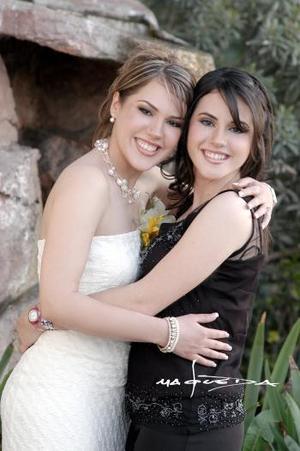 María Elena Cedillo junto a su hermana Patricia Isabel el día que fue despedida de su soltería.