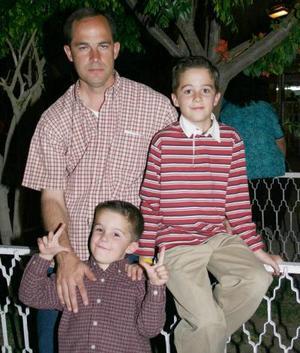 Ernesto Sesma con sus hijos Ernesto y Andrés
