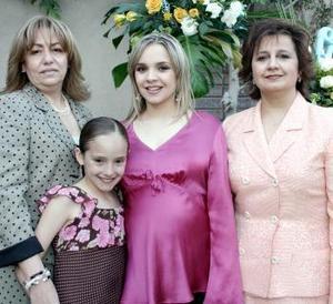 <b>15 de marzo 2005</b> <p> La futura mamá, Alejandra Nahle acompañada por las señoras Rosario Álvarez de Mijares y Alejandra Zarzar de Nahle junto a la pequeña Renata Aguirre Mijares