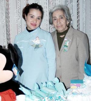 Iliana Nájera de Sandoval recibió múltiples felicitaciones en la fiesta de retalos que le organizó Graciela Álvarez de Nájera por el próximo nacimiento de su bebé