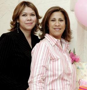 Natalia Talamantes acompañaad por Nancy Ortega de Orozco quien le ofreció una fiesta de canastilla