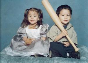 Los pequeños Jose Ángel y Ángela Tostado Muroaga.