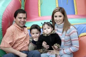 Miguel Garza Flores y Rocío de Garza, con sus hijos Miguel y Ximena.
