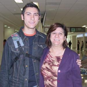 Adrián Corona viajó a Miami y fue despedido por Socorro Butanda.