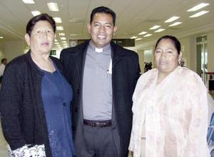 José Guadalupe Rivas viajó a Tijuana y fue despedido por Consuelo Saldaña y María de la Luz Rivas