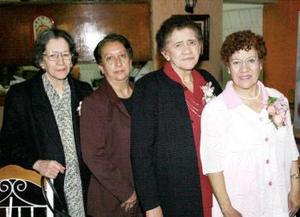Adriana Villegas Ortiz junto a sus compañeras de trabajo, quienes le ofrecieron una comida con motivo de su jubilación.