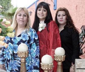 Rocío Cháirez de Carrillo y Carmen Cháirez de Barona le organizaron una despedida a Rocío Alhelí Carrillo Cháirez hace unos días