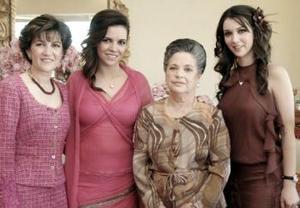 La futura novia Yasmín Gutiérrez Mansur, acompañada por Yasmín Mansur, Carmen Graña y Aurora Gutiérrez.