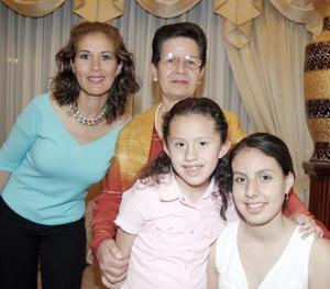 <b>17 de marzo 2005</b> <p> Stephanie López Muñoz  acompañada con su abuelita, su mamá y sus hermanas.
