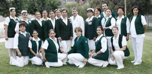 <b>18 de marzo 2005 </b> <p> Rodeada de sus compñaeros de trabajo, Rosavelia Hernández de Alvarado celebró su jubilación de 27 años en la Clínica 16.