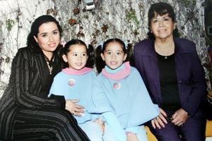 Paty Romo y sus hijas Alice y Daniela Prieto en compañía de Alicia Galeana de Romo.