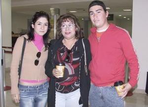 Ana Ruth viajó a Culiacán y fue despedida por José Villafaña y Gina González.
