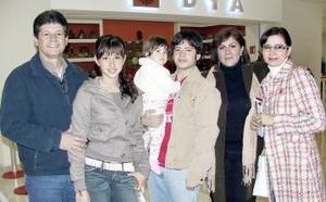 <b>18 de marzo </b><p> José, Anabel, José, Anabel y Mariana González y Marcela de Wong.