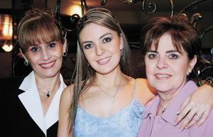 Georgina acompañada de las organizadoras Coquis Niño de Rivera de Cantu y Adriana Serna de Alatorre